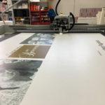 c-taglio-Kongsberg-texi-digital-printing-factory-evento-BPP-pannello-rigido